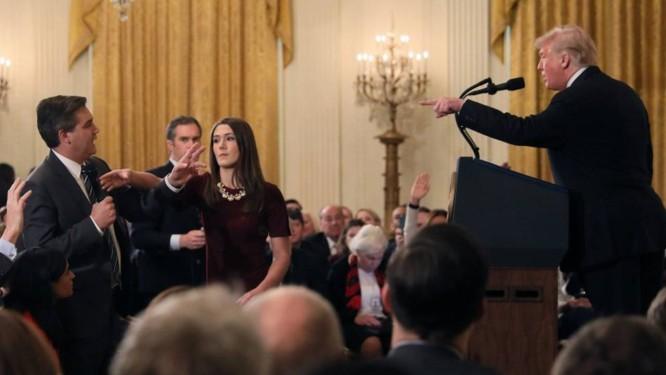 Trump discute com Jim Acosta, da CNN, enquanto uma funcionária tenta retirar o microfone do jornalista Foto: JONATHAN ERNST / REUTERS