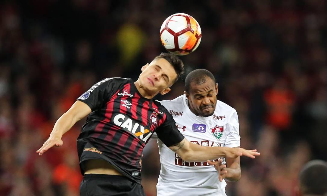 Raphael Veiga, do Atlético-PR, disputa a bola com Ayrton, do Fluminense Foto: HEULER ANDREY / AFP
