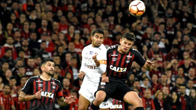 Sornoza, do Fluminense, disputa a bola com um marcador do Atlético-PR Foto: MAILSON SANTANA/FLUMINENSE FC