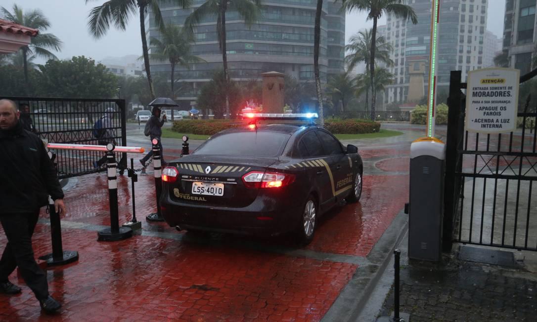 Carro da PF entrando no condomínio do deputado André Corrêa (DEM-RJ) Foto: Marcio Alves / O Globo