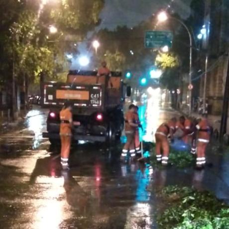 A Rua Frei Caneca foi interditada durante a madrugada devido à queda de uma árvore Foto: Centro de Operações Rio