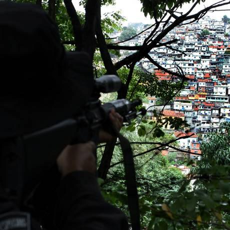 Um sniper da PM mira em direção a uma favela de Santa Teresa durante operação em 2009 Foto: Cléber Júnior / Agência O Globo
