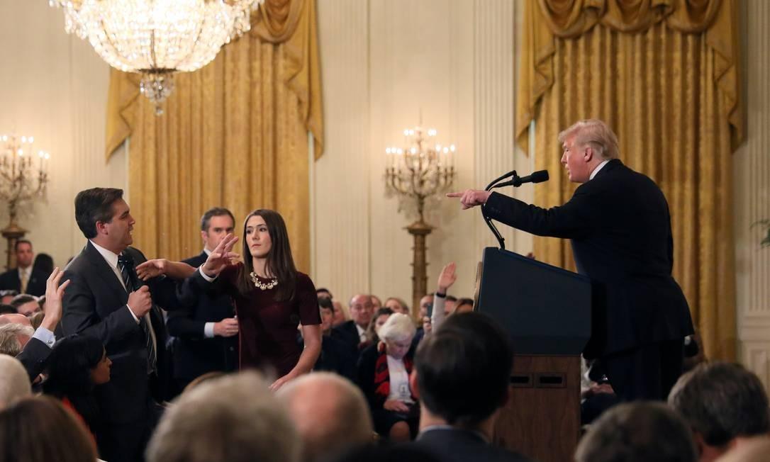 Estagiária da Casa Branca tenta pegar microfone das mãos de repórter da CNN Foto: JONATHAN ERNST / REUTERS