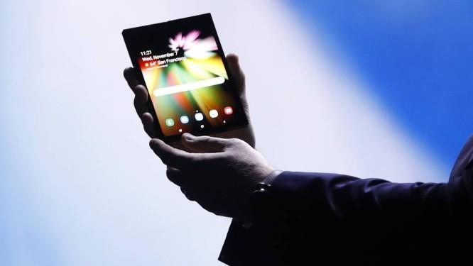 O smartphone dobrável se abre para funcionar como um tablet Foto: STEPHEN LAM / REUTERS