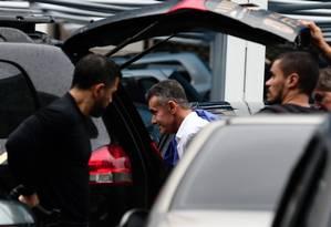 Policiais federais levaram o deputado Chiquinho da Mangueira até a sede da PF no Centro do Rio, após ele ter sido preso pela Operação Furna da Onça Foto: Marcia Foletto / Agência O Globo