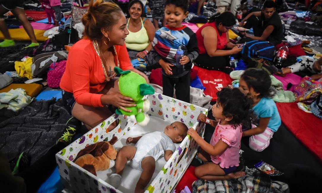 Abrigo montado na Cidade do Esporte, na Cidade do México. Fundação mexicana distribui berço para bebês que se hospedam no abrigo. ALFREDO ESTRELLA / AFP