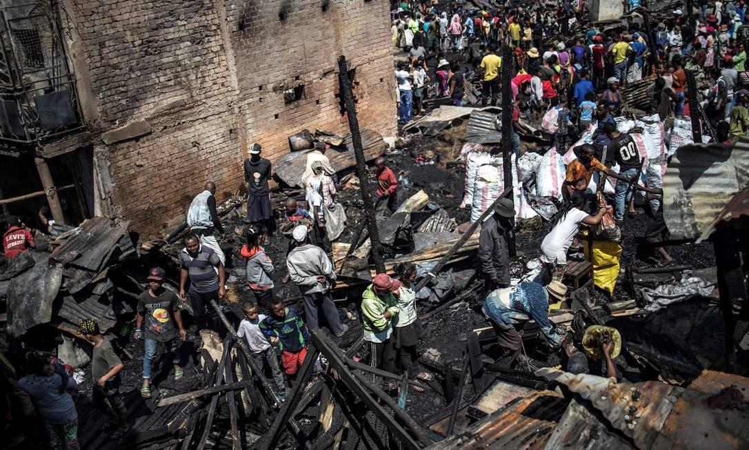 Moradores tentam salvar pertences de um incêndio no mercado central da Anosibe em Antananarivo Foto: MARCO LONGARI / AFP