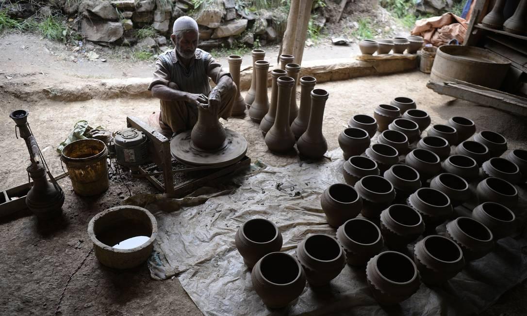 Um oleiro de Caxemira produz vasos em uma oficina nos arredores de Srinagar em 8 de novembro de 2018. Foto: TAUSEEF MUSTAFA / AFP