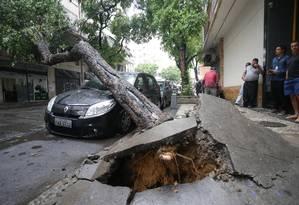 Uma árvore caiu sobre um carro na Rua Ubaldino do Amaral, na Lapa Foto: Márcio Alves / Agência O Globo