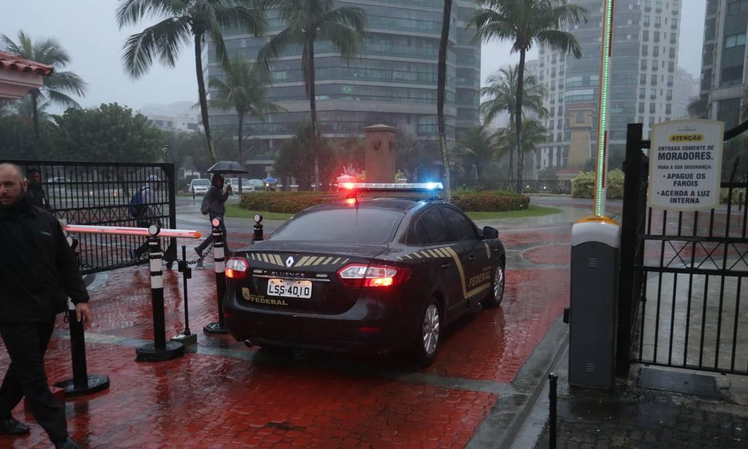 Policiais federais chegam no condomínio de luxo Ocean Front Resort na Barra da Tijuca, para cumprir mandato de busca e apreensão na casa do deputado estadual André Correa Marcio Alves / Agência O Globo