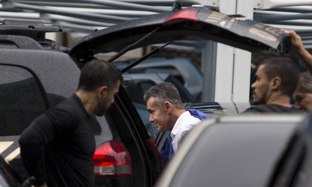 O deputado estadual Chiquinho da Mangueira chega a sede da Polícia Federal. Márcia Foletto / Agência O Globo