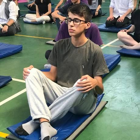 O estudante Luigi Constantino, de17 anos, faz aula de ioga antes do ENEM Foto: Divulgação / Colégio Sagrado Coração de Maria