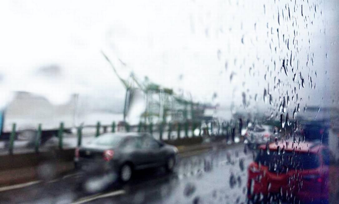 Na região do porto, próximo ao Caju, a chuva mudou a paisagem e deixou o trânsito pesado na região Foto: Antonio Scorza / Agência O Globo