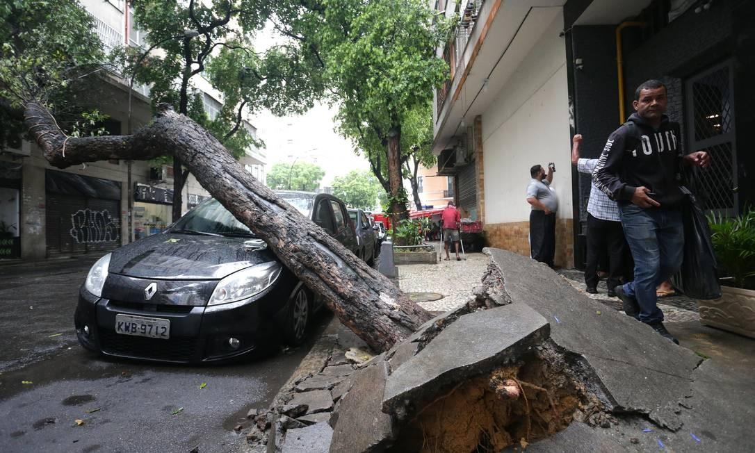 Árrvore cai sobre um carro na Rua Ubaldino do Amaral, na Lapa, por volta das 8h30 da manhã desta quinta-feira devido ao mau tempo. Foto: Márcio Alves / Agência O Globo