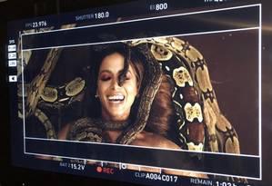 Anitta interage com cobra num dos clipes do projeto 'Solo' Foto: Reprodução/Twitter