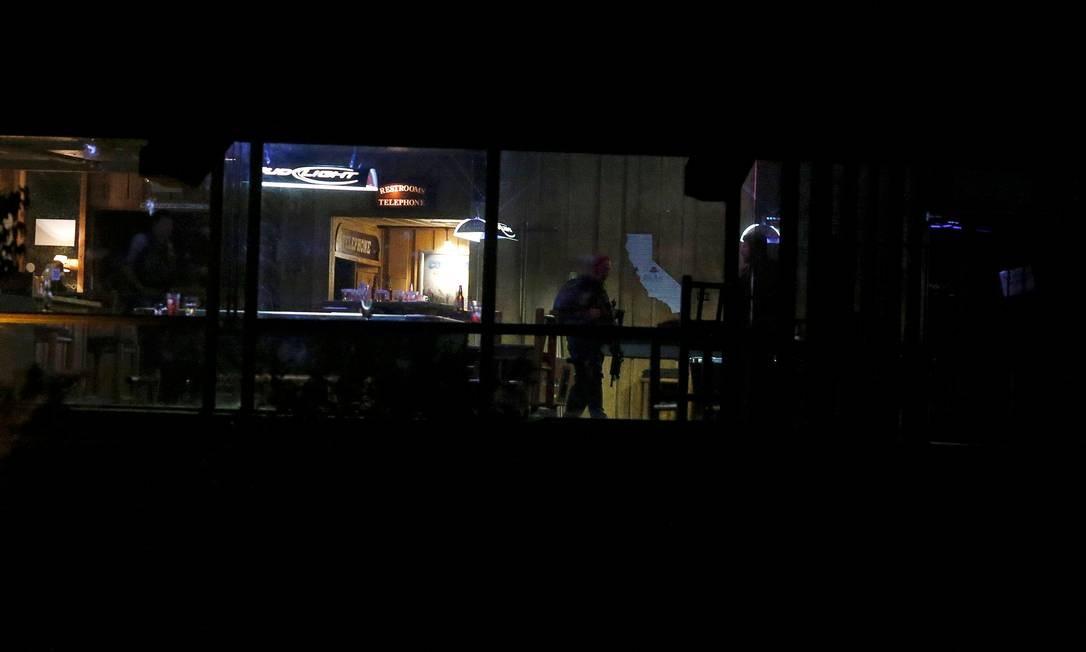 Polícia em um bar em Thousand Oaks onde houve um tiroteio em massa na Califórnia, nos EUA Foto: RINGO CHIU / REUTERS