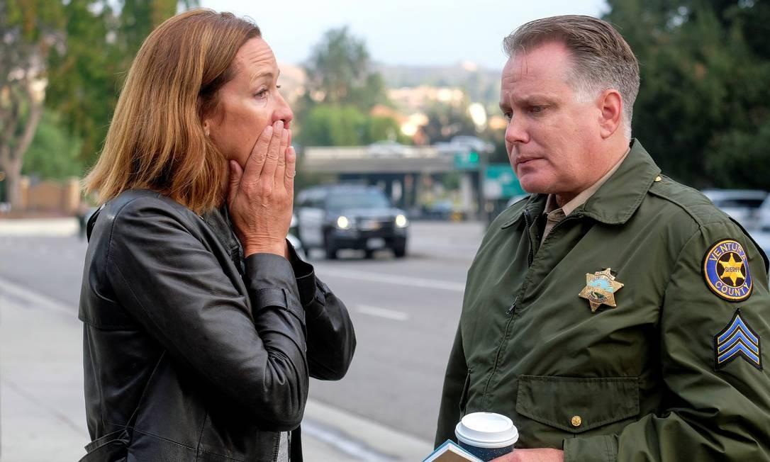 Membros da Assembleia do Estado da Califórnia se emocionam durante uma entrevista coletiva depois do ocorrido. Um policial foi ferido durante a troca de tiros RINGO CHIU / REUTERS