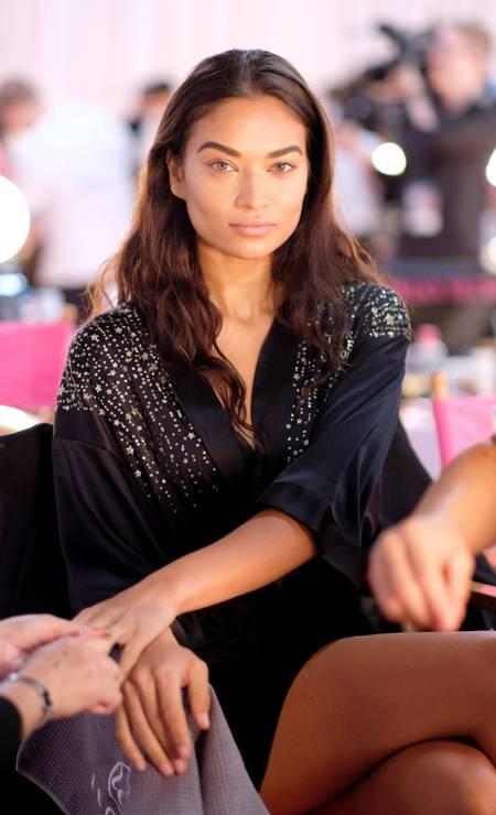 Shanina Shaik só no carão Foto: Dimitrios Kambouris / Getty Images for Victoria's Secr
