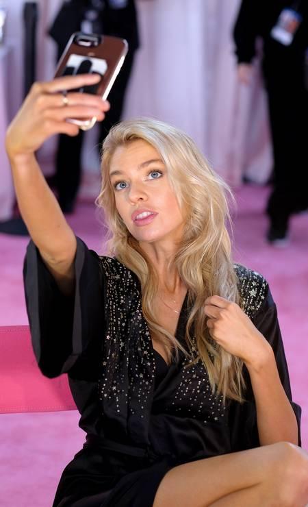 Stella Maxwell abastecendo as redes sociais Foto: Dimitrios Kambouris / Getty Images for Victoria's Secr