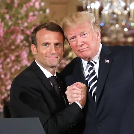 Presidentes Emmanuel Macron e Donald Trump apertam maõs na CASA Branca em abril de 2018 Foto: LUDOVIC MARIN / AFP