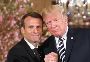 Presidentes Emmanuel Macron e Donald Trump apertam mãos na Casa Branca em abril de 2018 Foto: LUDOVIC MARIN / AFP
