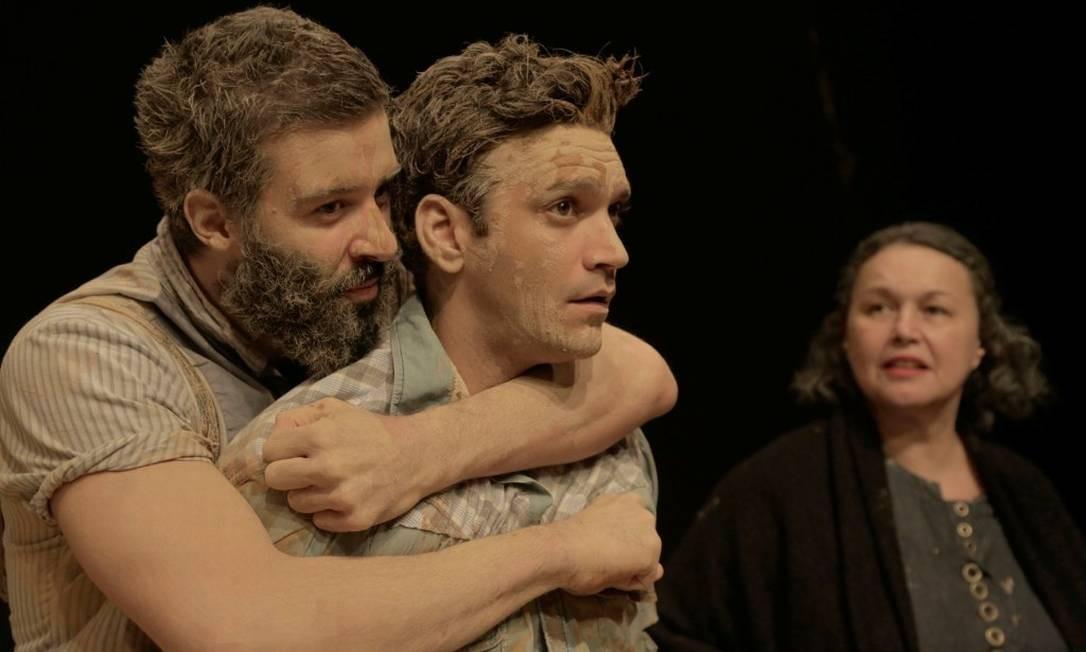 Gustavo Vaz (à esquerda), Armando Babaioff e Kelzy Ecard, em cena da peça 'Tom na fazenda' Foto: Divulgação/José Limongi