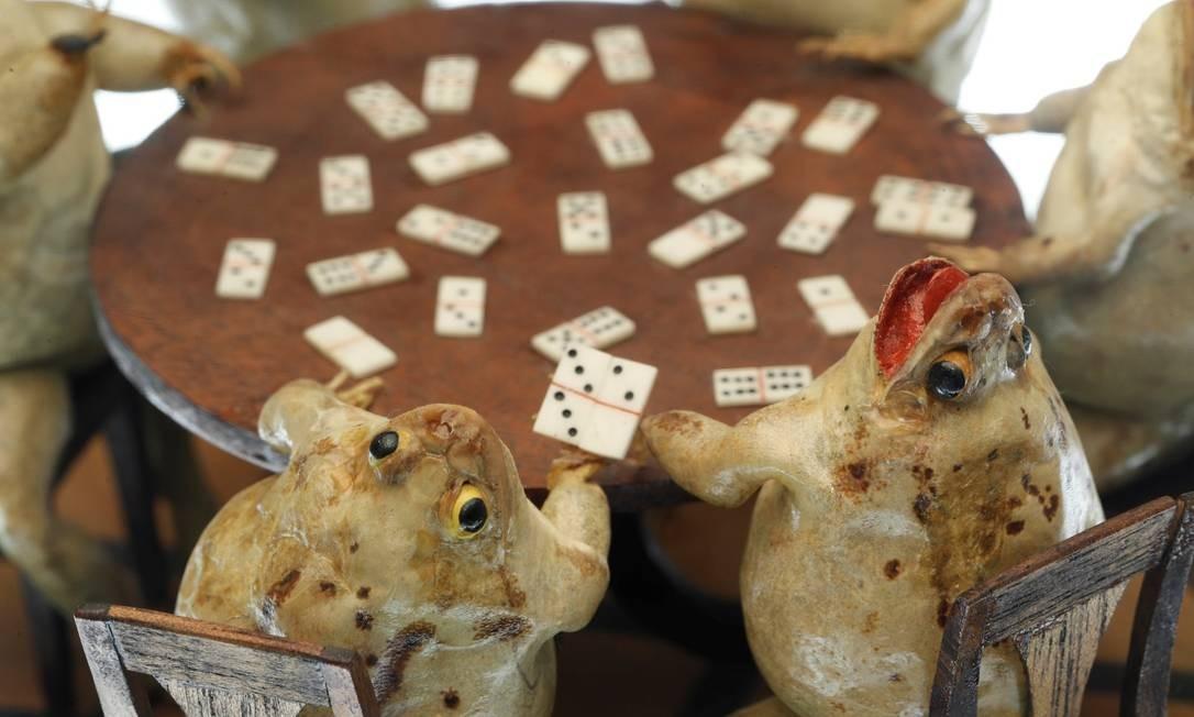 Sapos se divertem jogando dominó, em obra de François Perrier exposta no Frog Museum Foto: DENIS BALIBOUSE / REUTERS