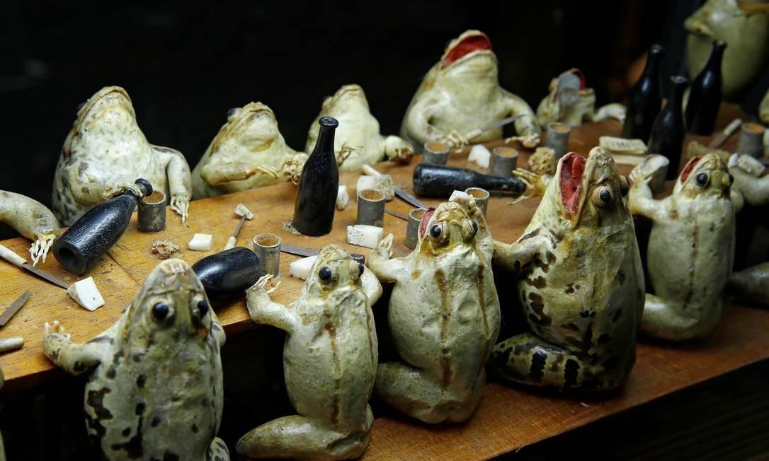 Sapos comendo e bebendo são retratados no Frog Museum Foto: DENIS BALIBOUSE / REUTERS