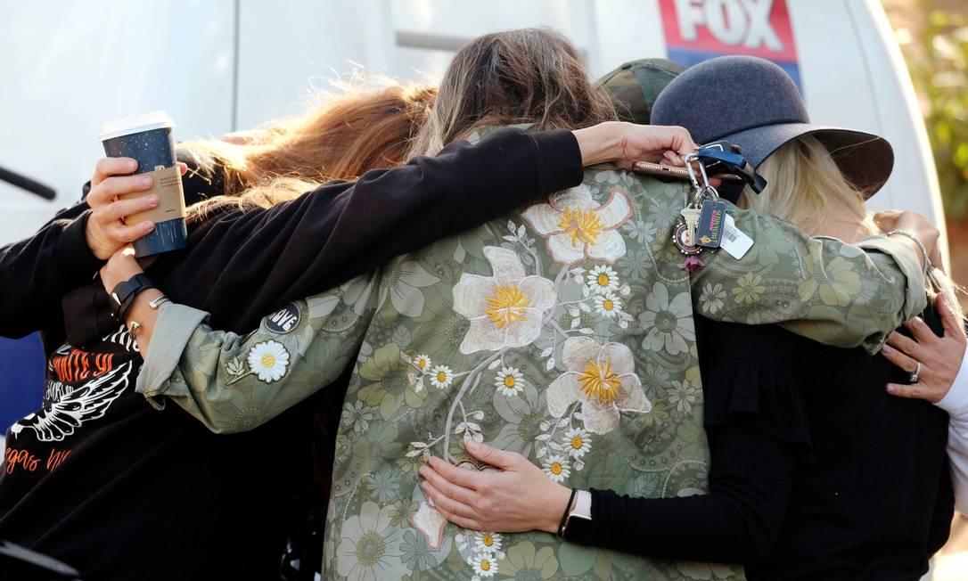 Pessoas rezam em homenagem, a vítimas de ataque armado contra bar na Califórnia Foto: RINGO CHIU / REUTERS