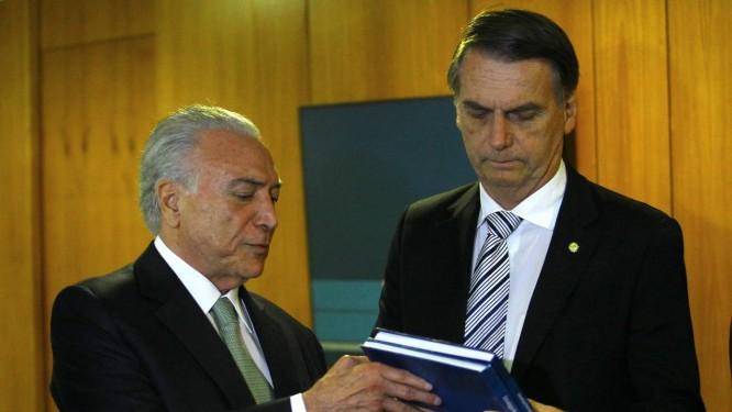 O presidente Michel Temer entrega balanço do governo a Jair Bolsonaro Foto: Jorge William/Agência O Globo/07-11-2018