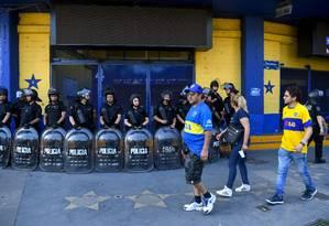 Policiais na Bombonera, palco do primeiro jogo da final, entre Boca Juniors e River Plate Foto: EITAN ABRAMOVICH / AFP