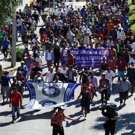 Integrantes da caravana de migrantes centro-americanos na Cidade do México: rumo aos EUA Foto: ALFREDO ESTRELLA / AFP