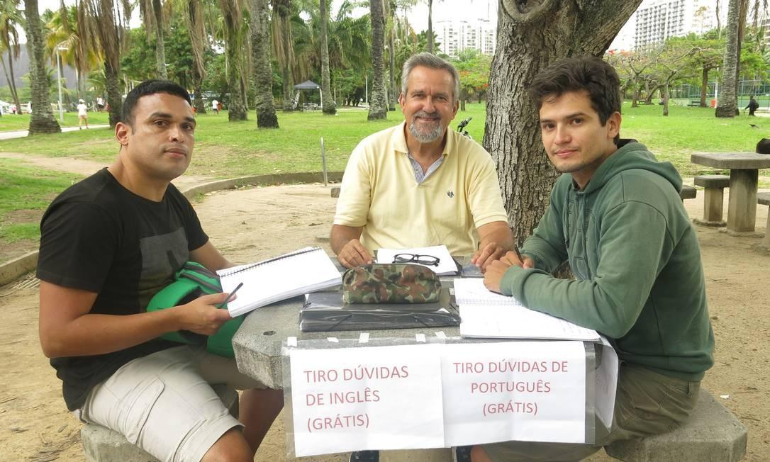 Morón com os alunos Heraldo de Freitas (à esquerda) e Raphael Silva Foto: Patricia de Paula