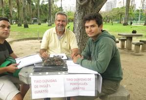 Morón com os alunos Heraldo de Freitas (à esquerda) e Raphael Silva Foto: Patricia de Paula / Agência O Globo