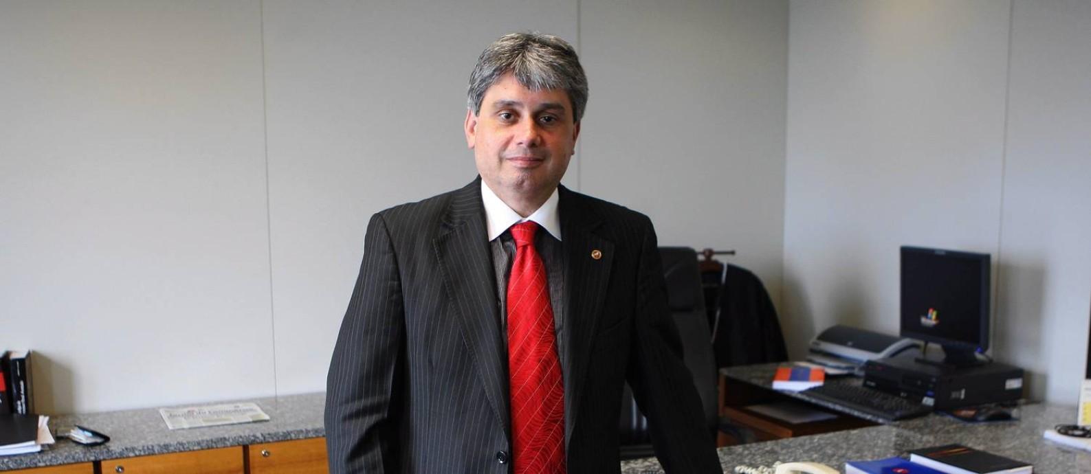 No gabinete, procurador posa para foto Foto: Hipólito Pereira / O GLOBO