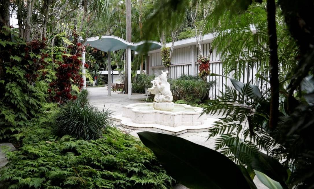 O jardim projetado por Burle Marx para a casa do banqueiro e embaixador Walther Moreira Salles, na Gávea Foto: Custodio Coimbra / Agência O Globo