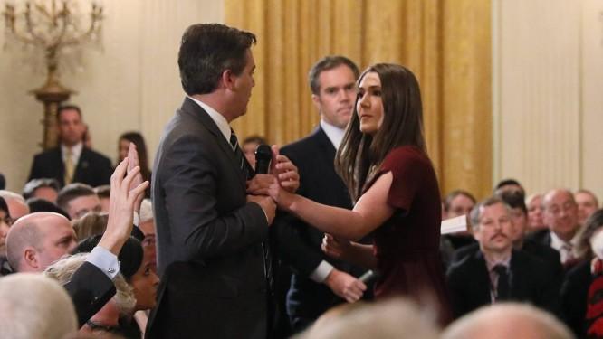 Estagiária da Casa Branca tenta tirar microfone das mãos do correspondente da CNN Jim Acosta durante coletiva de Trump na quarta-feira Foto: JONATHAN ERNST / REUTERS