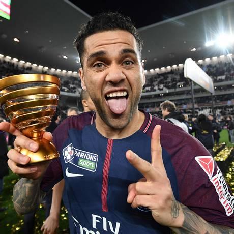 Daniel Alves é o jogador mais vitorioso do futebol mundial Foto: FRANCK FIFE / AFP