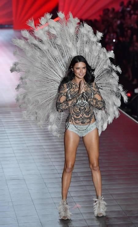 Depois de 19 anos, a supermodelo baiana Adriana Lima se despediu da Victoria's Secret. O momento final foi nessa quinta-feira, durante o aguardado desfile da marca, que aconteceu em Nova York. Teve até choro Foto: ANGELA WEISS / AFP