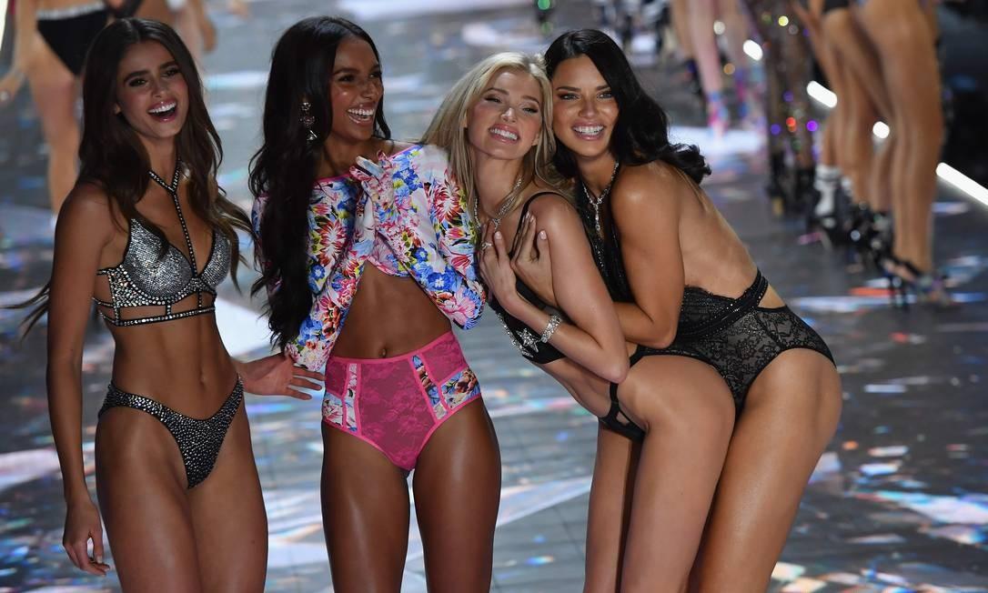 Da esquerda para a direita: Taylor Hill, Jasmine Tookes, Elsa Hosk e Adriana Lima - ousadia e alegria na passarela Foto: ANGELA WEISS / AFP