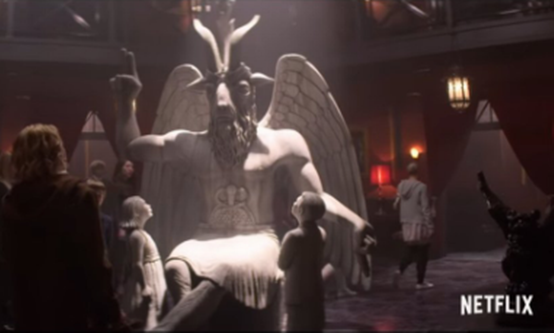 O Templo Satânico abriu um processo contra a Netflix e a Warner Bros pela apropriação da estátua de Baphomet criada pelo grupo Foto: Divulgação/Netflix