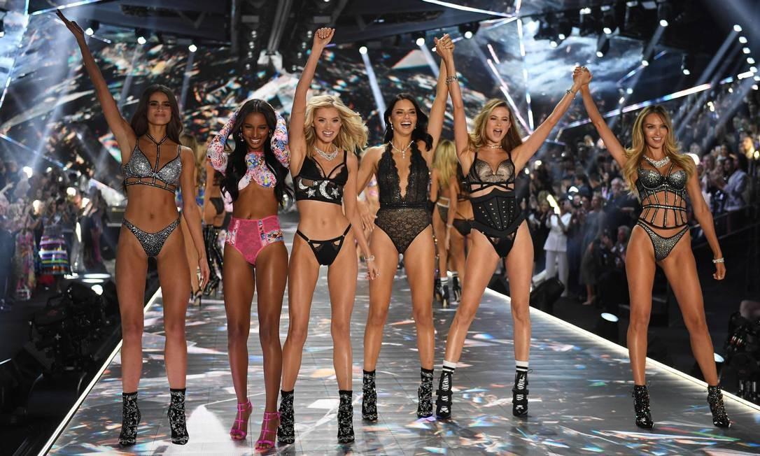 Da esquerda para a direita: Taylor Hill, Jasmine Tookes, Elsa Hosk, Adriana Lima, Behati Prinsloo e Candice Swanepoel TIMOTHY A. CLARY / AFP