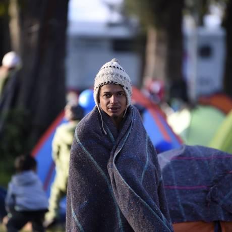 Migrante centro-americano se enrola em cobertor para se proteger do frio na Cidade do México Foto: ALFREDO ESTRELLA / AFP