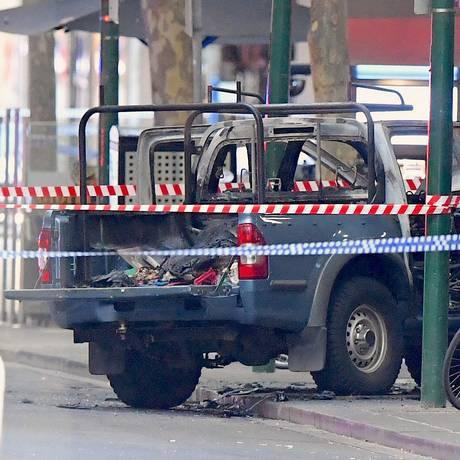 Autor de ataque em Melbourne dirigia veículo com botijões de gás, que pegava fogo enquanto ele esfaqueava pessoas Foto: STRINGER / REUTERS