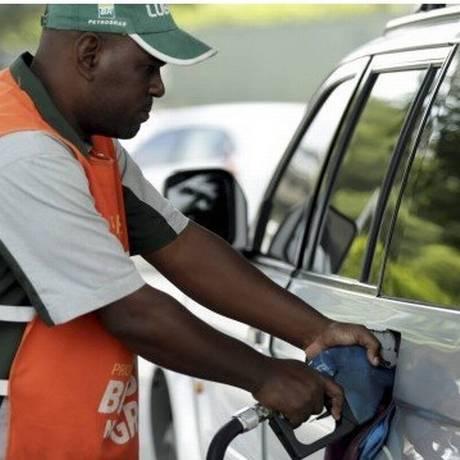Posto de gasolina no Rio: redução na refinaria pode chegar ou não ao consumidor Foto: Agência O Globo