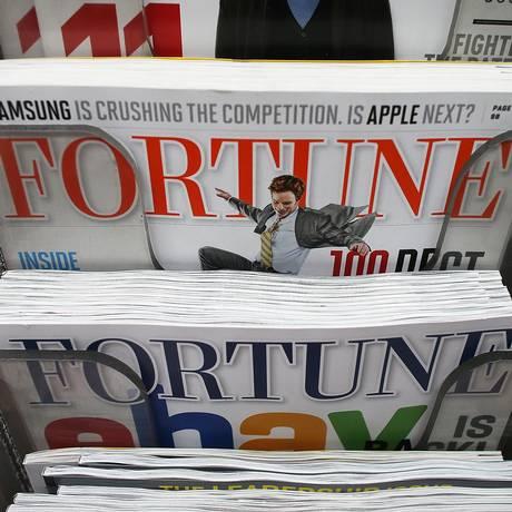 Exemplares da revista Fortune à venda em uma banca de jornal em Manhattan, em Nova York. Foto: MARIO TAMA / AFP