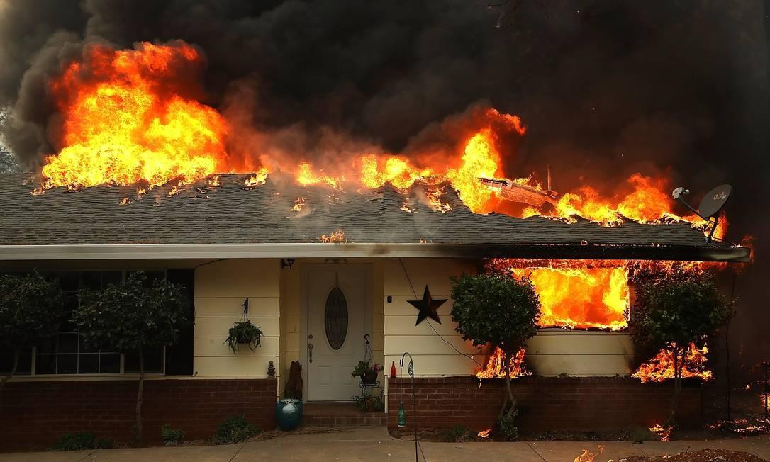 Os ventos fortes e a baixa umidade fizeram com que o incêndio se espalhasse rapidamente Foto: JUSTIN SULLIVAN / AFP