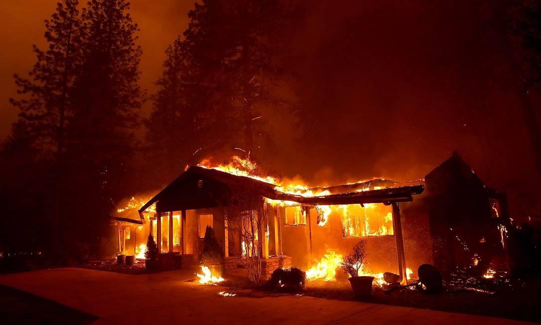 Incêndio de grandes proporções atinge o norte da Califórnia, nos Estados Unidos Foto: JUSTIN SULLIVAN / AFP