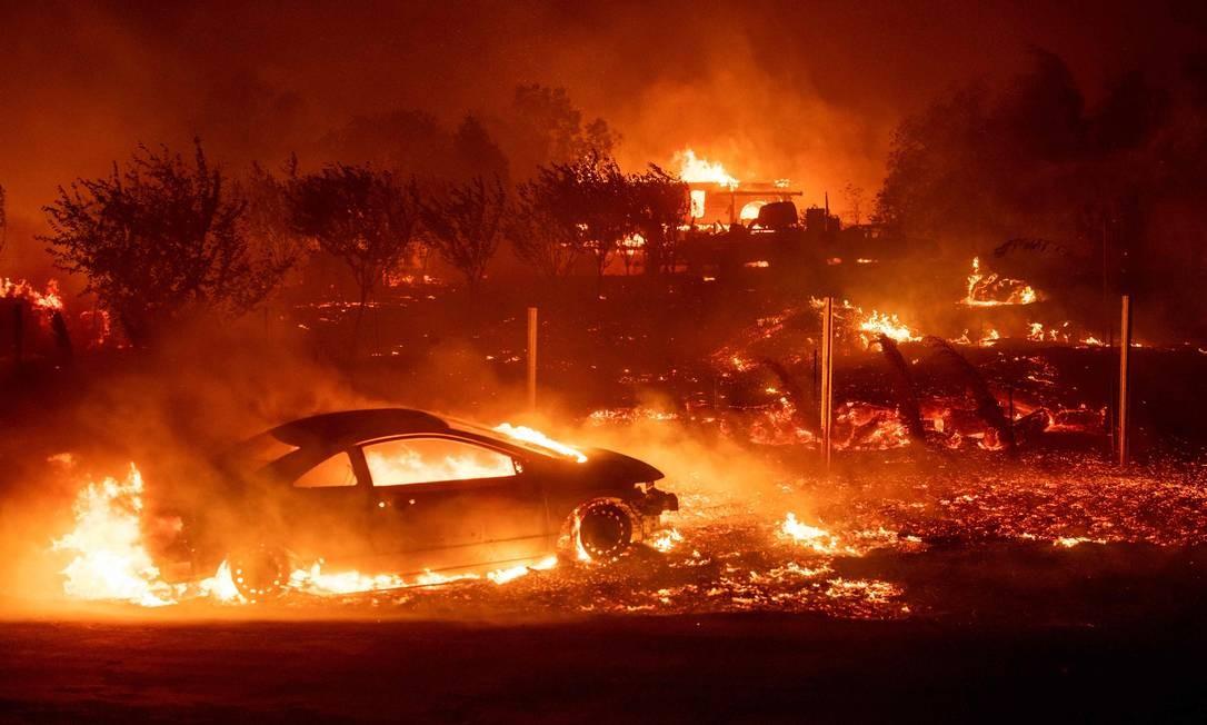 Veículos e casas em chamas durante o incêndio em Paradise, Califórnia Foto: JOSH EDELSON / AFP