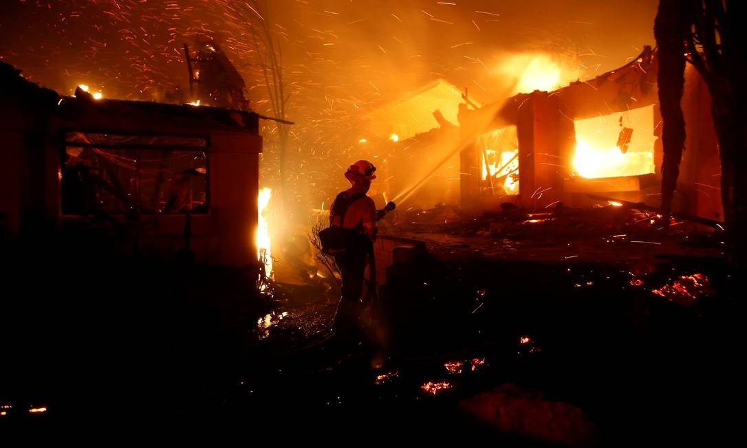 Bombeiros tentam controlar o fogo durante o incêndio florestal que queimou dezenas de casas em Thousand Oaks, Califórnia, EUA Foto: ERIC THAYER / REUTERS